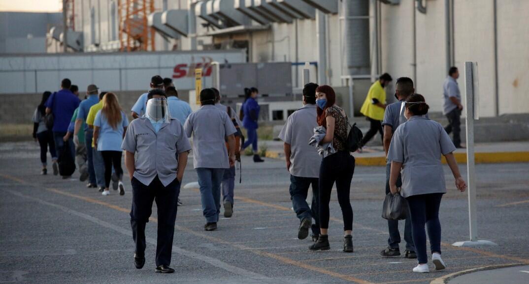 En medio del brote del covid-19, trabajadores del fabricante estadounidense de autopartes Aptiv Plc llegan a la planta, en Ciudad Juárez, México, el 18 de mayo de 2020.