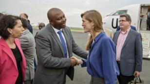L'ambassadrice américaine auprès de l'ONU Samantha Power est accueillie à son arrivée à Bujumbura par le représentant permanent du Burundi à l'ONU, Albert Shingiro, le 22 janvier 2016.