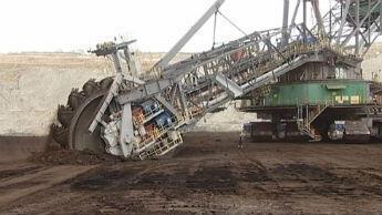 La centrale thermique de Bełchatów en Pologne possède sa propre mine d'extraction de combustible à ciel ouvert.