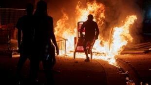 2020-05-28T222944Z-emeutes-protests-minnesota-MINNEAPOLIS-POLICE
