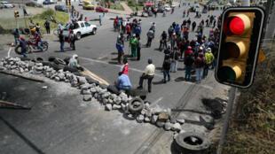 Manifestantes bloquean una vía durante las protestas en Cayambe, Ecuador, el 5 de octubre de 2019.