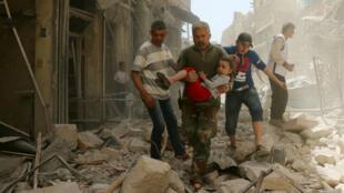 Un civil évacuant un enfant après un raid aérien des forces gouvernementales sur Alep, le 22 avril 2016.