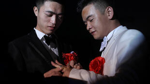 Liu Wangqiang (drcha) y Lu Zhong intercambian los anillos durante una boda celebrada en un hotel en Tuorong, en el sureste de China, el 2 de octubre de 2012