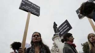 Des manifestantes agitent des pancartes durant la Journée mondiale du droit à l'avortement, à Paris, le 28 septembre 2017.