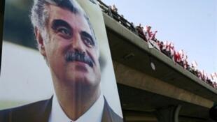 صورة رئيس الوزراء الراحل رفيق الحريري معلقة على أحد جسور العاصمة اللبنانية بيروت.