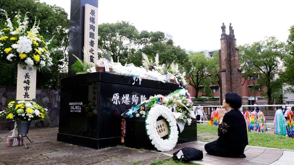 Una persona reza en el monumento de homenaje a las víctimas situada en el epicentro de la explosión de Nagasaki. El 9 de agosto de 2020.