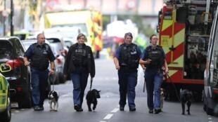 Los oficiales de policía de Londres, cerca de la estación Parsons Green, tras la explosión del 15 septiembre de 2017.