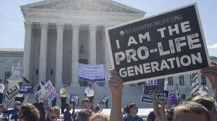 Des militants anti-IVG défilent devant la Cour suprême américaine, le 25 juin 2018.