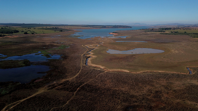 Especialistas afirmam que a seca no sul do Brasil é causada principalmente pelo fenômeno climático La Niña, que provoca o resfriamento periódico das temperaturas da superfície do Pacífico, enquanto no centro-oeste apontam o desmatamento da Amazônia.