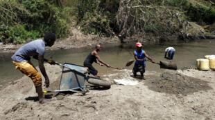 Un grupo de extractores de arena a orillas del río Athi, a 25 kilómetros de Nairobi, el 11 de mayo de 2019.