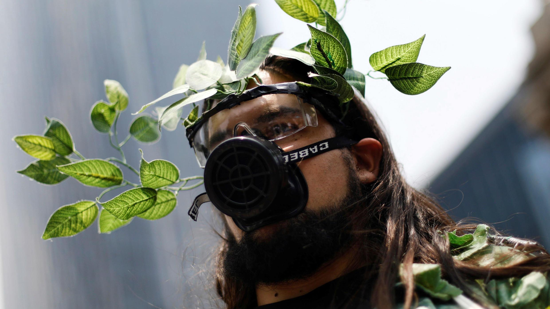 Un manifestante en la marcha mundial por el cambio climático y el medio ambiente, en el monumento del Ángel de la Independencia en la Ciudad de México, México, el 24 de mayo de 2019.