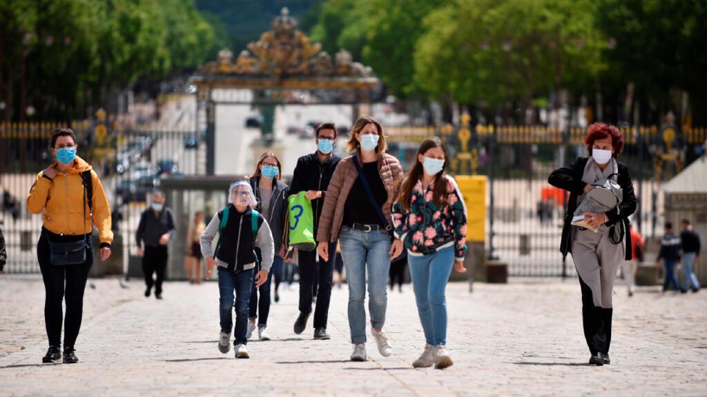 Visitantes regresan al museo de Versailles en su reapertura este 6 de junio de 2020 cerca de París, Francia.