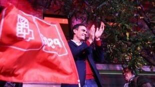 Pedro Sandez salue ses partisans dimanche 10 novembre 2019 à Madrid