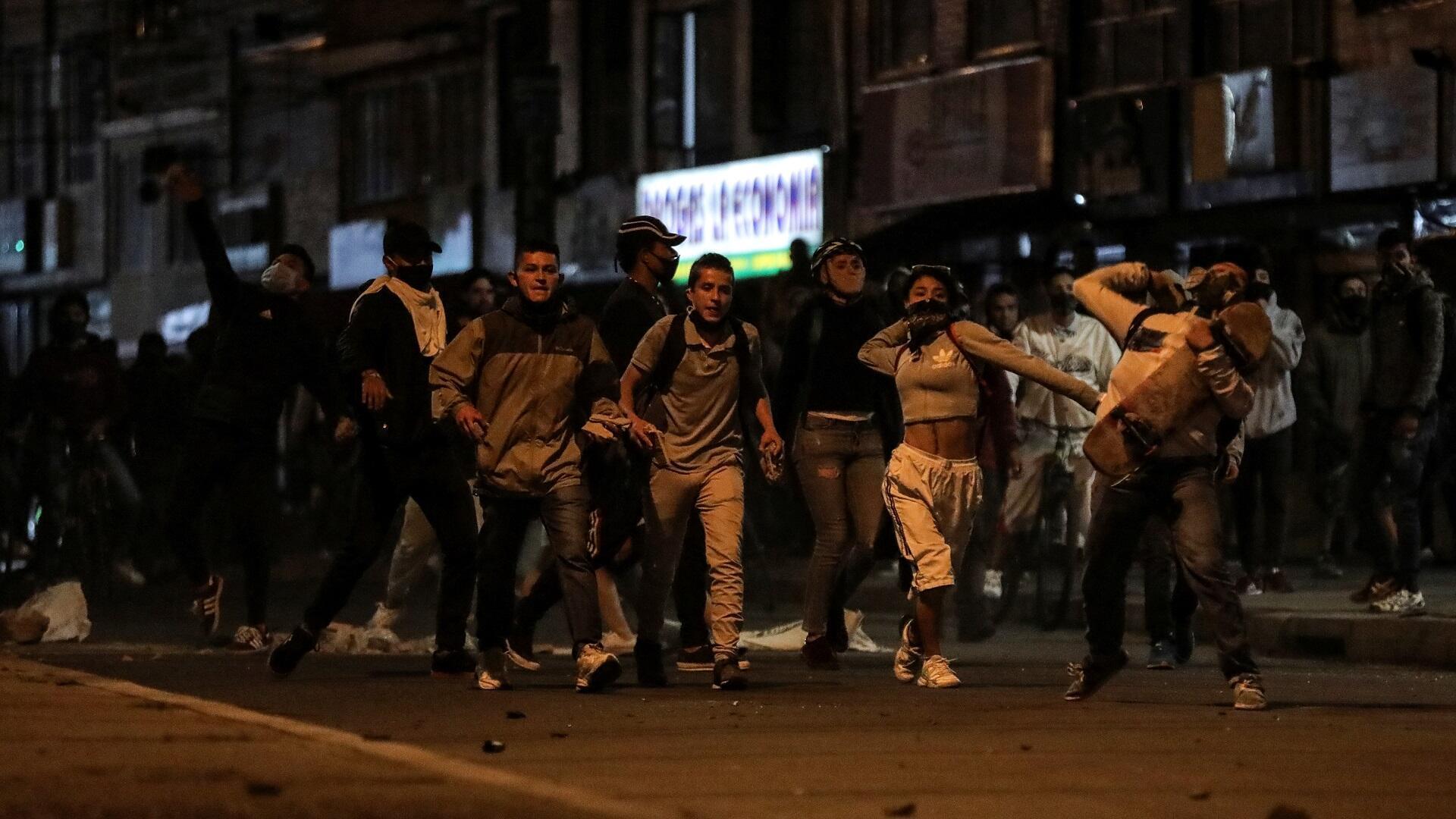 متظاهرون في العاصمة الكولومبية بوغوتا بعد وفاة رجل تم صعقه من قبل الشرطة، 10 سبتمبر/أيلول 2020.