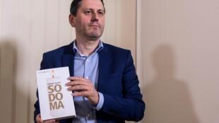 El periodista y escritor francés Fréderic Martel posa durante una conferencia de prensa el 20 de febrero de 2019 en Roma por su último libro 'Sodoma'.
