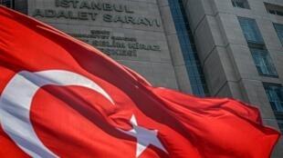 العلم التركي يطير أمام قصر العدل في تشاغليان، إسطنبول في 18 يوليو تموز 2019.