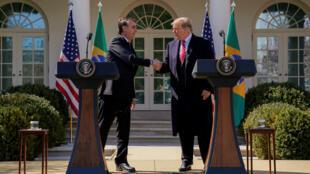 """El mandatario de Brasil, Jair Bolsonaro (izquierda) y su par estadounidense, Donald Trump, reiteraron que """"todas las opciones están sobre la mesa"""" en relación a Venezuela."""
