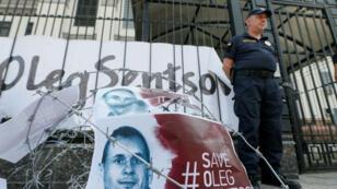 Alambre de púas y pancartas con imágenes del director de cine ucraniano Oleg Sentsov frente a la embajada rusa en Kiev, Ucrania Agosto 21 de 2018.