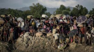 Des réfugiés rohingyas arrivant près des côtes bangladaises, le 10 octobre 2017.