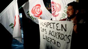 Simpatizantes del partido Farc protestan tras la captura de Jesús Santrich, el 9 de abril de 2018.