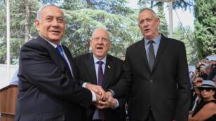 El primer ministro israelí Benjamin Netanyahu, el presidente israelí Reuven Rivlin y Benny Gantz, el exgeneral del Ejército y jefe de la alianza política centrista israelí Azul y Blanco durante un servicio conmemorativo para el difunto presidente israelí Shimon Peres en el monte Herzl, en Jerusalén, el 19 de septiembre de 2019.