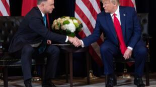 الرئيس الأميركي دونالد ترامب مصافحا نظيره البولندي أندريه دودا خلال لقاء على هامش اجتماعات الجمعية العامة للأمم المتحدة في نيويورك، الاثنين 23 أيلول/سبتمبر 2019