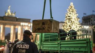 Comme tous ans pour la nouvelle année, la porte de Brandebourg restera accessible aux visiteurs, mais des barrierès en béton ont été dressées pour empêcher toute attaque.