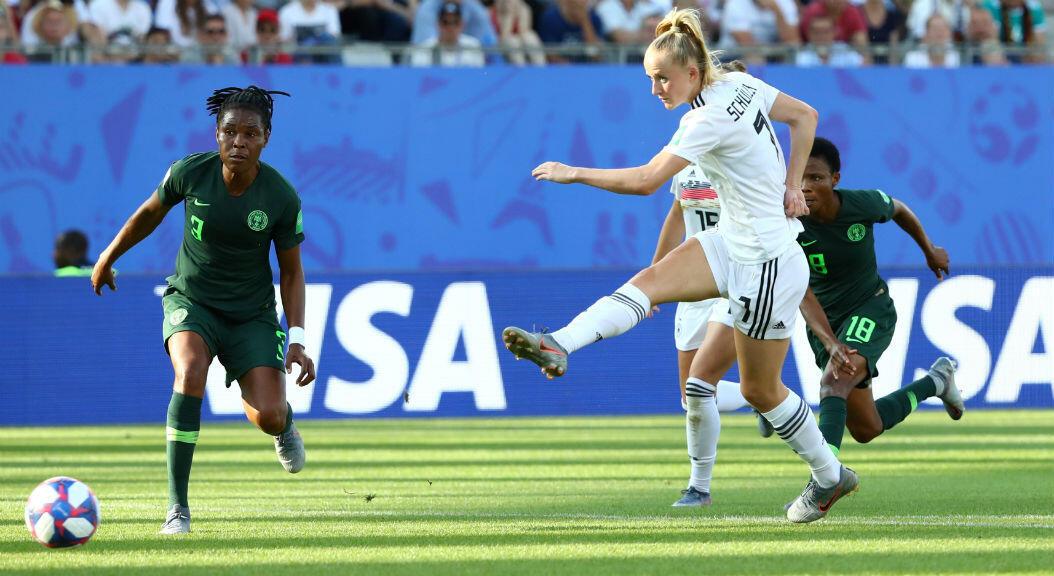 Lea Schüller marca el tercer gol de Alemania frente a Nigeria en su partido de octavos de final en Grenoble, Francia. 22 de junio de 2019.
