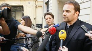 Bastien Millot à Paris, le 1er octobre 2014, après sa mise en examen dans l'affaire des comptes de campagne de Nicolas Sarkozy.