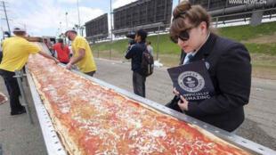 Les inspecteurs du Guinness des Records étaient là, aussi pros que des agents de la CIA.