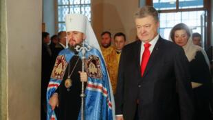 El presidente de Ucrania, Petro Poroshenko (Derecha) y el Metropolitano, Epifanio (izquierda), líder de la Iglesia Ortodoxa Ucraniana, llegando a la catedral de Santa Sofía en la ciudad de Kiev para la ceremonia de entronización. 15, diciembre 2019. Kiev, Ucrania.