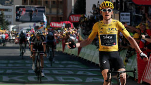 Portando el maillot amarillo, Geraint Thomas cruzó la meta de la etapa 12 en primer lugar, Tom Dumoulin (al fondo) finalizó segundo este 19 de julio de 2018.