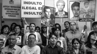 Los familiares de las víctimas del régimen de Alberto Fujimori y sus abogados asisten a una conferencia de prensa en Lima el 27 de diciembre de 2017.
