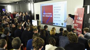 """Le """"Hackathon Nec Mergitur"""" s'est tenu du vendredi 15 au dimanche 17 janvier 2016, à l'école 42, dans le 17e arrondissement de Paris."""