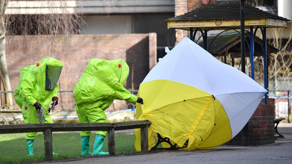 Miembros de los servicios de emergencia llegan al lugar donde se encontró a Sergei Skripal y a su hija en estado crítico en Salisbury, Reino Unido, el 8 de marzo de 2018.