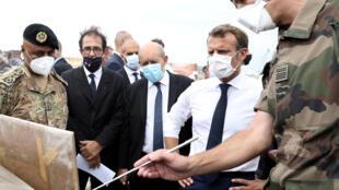 الرئيس الفرنسي إيمانويل ماكرون ووزير الخارجية الفرنسي جان إيف لودريان يلتقيان بأفراد من الجيش تم حشدهم لإعادة إعمار ميناء بيروت، لبنان، 1 سبتمبر، 2020.
