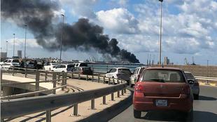 دخان يتصاعد من ميناء طرابلس إثر قصف بالقذائف، في 18 فبراير/شباط 2020.