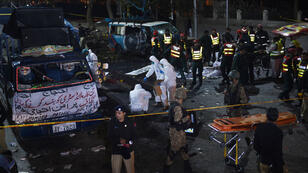 Des agents de sécurité pakistanais inspectent le site de l'explosion du 13 février 2017, qui a fait au moins 10 victimes à Lahore.