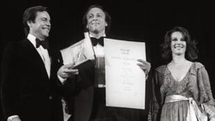 Michael Phillips, à droite, sur la scène du Palais des Festivals
