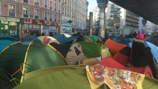 Il y aurait environ 2000 personnes dans les campements parisiens.