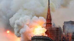 Un violent incendie parti des combles, en travaux, a détruit la flèche et une grande partie de la toiture de Notre-Dame de Paris, le 15 avril 2019.