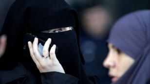 Una mujer viste el nicab, prenda cuyo uso está prohibido en todo el país, a las afueras de la corte de Meaux, este de Paris, en septienbre de 2011