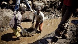 Enfants qui travaillent dans une mine à Kamatanda, dans la région du Katanga en RD Congo, le 9 juillet 2010.