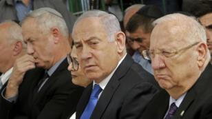 Le Premier ministre israélien, Benjamin Netanyahu, son rival Benny Gantz, leader du parti Blanc bleu, et le président Reuven Rivlin lors d'une cérémonie en hommage à Shimon Peres, le 19septembre2019.