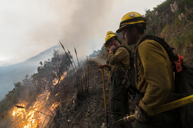 Les pompiers surveillent un feu contrôlé le long de la route Nacimiento-Fergusson pour aider à contenir l'incendie de Dolan près de Big Sur, en Californie, le vendredi 11 septembre 2020.