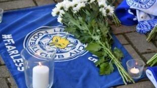 وضع مشجعون لليستر سيتي الزهور أمام ملعب النادي الأحد 28 ت1/أكتوبر تحية لمالكه التايلندي فيتشاي سريفادانابرابا الذي تحطمت مروحيته قرب ملعب النادي أمس.