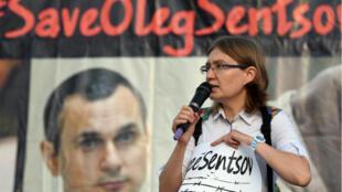 Natalya Kaplan, la cousine d'Oleg Sentsov, demande sa libération le jour de son anniversaire, sur la Place de l'Indépendance à Kiev, le 13 juillet 2018.