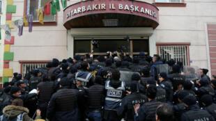 La policía antidisturbios bloquea la entrada a la oficina del Partido Democrático Popular (HDP) pro kurdo para evitar que los miembros del partido salgan a una manifestación en la ciudad suroriental de Diyarbakir, Turquía (Imagen de archivo - 21 de enero de 2018).