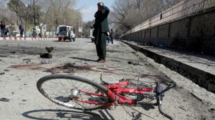 Un hombre afgano inspecciona el lugar de un ataque suicida en Kabul, Afganistán, el 21 de marzo de 2018.