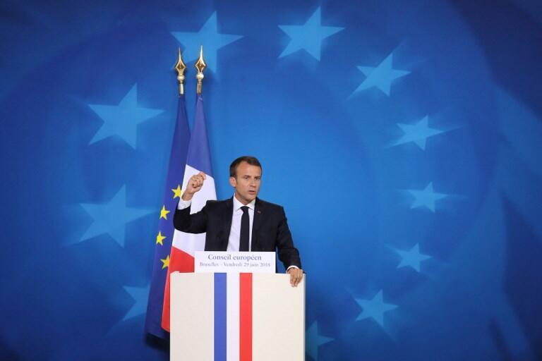 El presidente de Francia, Emmanuel Macron, rodeado de las estrellas europeas en el edificio Europa en Bruselas el 29 de junio de 2018, en el marco de la cumbre de líderes de la Unión Europea, sin Gran Bretaña, para discutir las reformas Brexit y la eurozona.